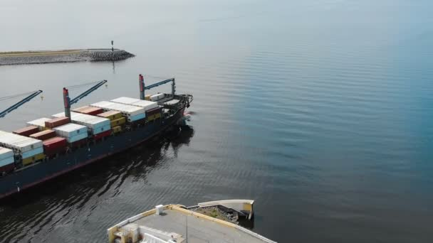 hatalmas terhelt konténer hajó indul a modern kikötő nyáron