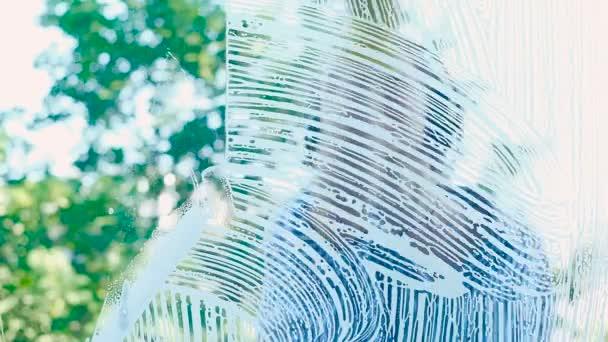 fiatal nő kesztyűt fut fekete rakli a habos ablakon
