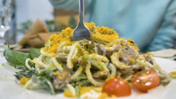 személy szél tészta villára étel zöldség és sárgája