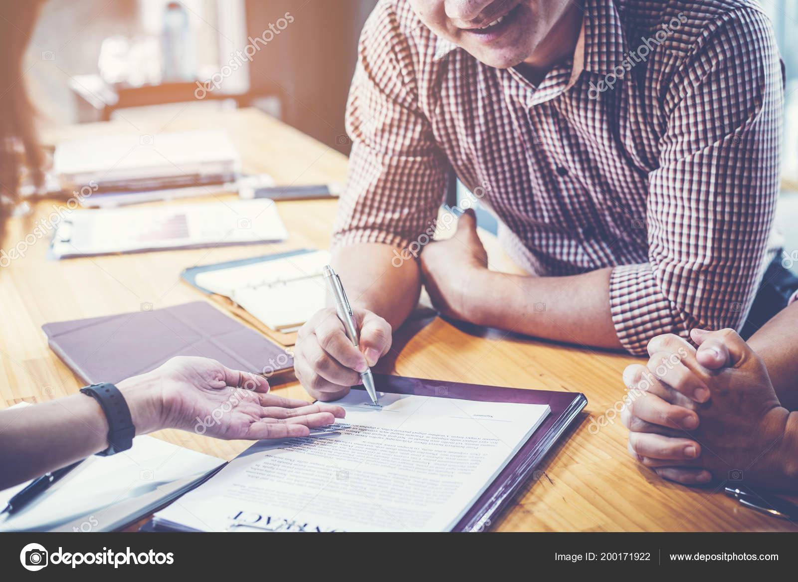 Geschäftspartnern Unterzeichnet Vertrag Mit Investor Eigenen
