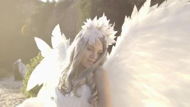 Jelentenek az angyal szárnya tengerpart finom gyönyörű szőke nő