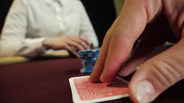 Giocatore di poker mostrando combinazione buona scheda, asso e re sul tavolo da poker. Mans hand close-up. Gioco dazzardo casinò