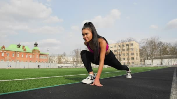 f4e52aff42a2 Atleta asiático youn chica en estadio del deporte.
