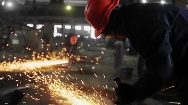 Muž práce s tovární zpracování kovů. Sparks.