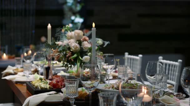 Hochzeitstisch Bankettsaal des Restaurants, dekoriert mit Kerzen und Blumen.