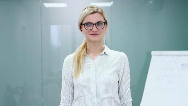 Mladá žena psycholožka se chystá nahrát svou prezentaci s flipchartem před kamerou.