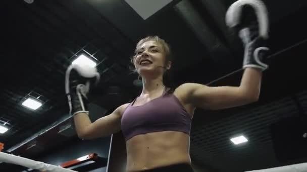 A nő épp pihen, mielőtt kickbox edzést tartana az edzőjével..