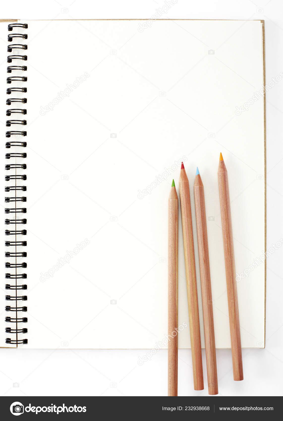 11b8c6686 Closeup de lápices de colores sobre fondo blanco convencional– imagen de  stock
