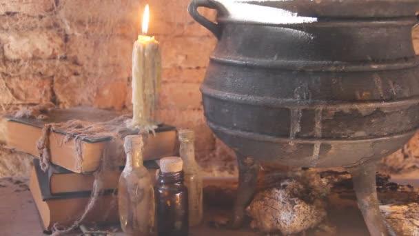 kouzlo noční čarodějnice se svíčkami a hrnec s ohněm mezi pavučinami a starobylé země