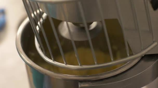 Automatische Mixer Keuken : Close van automatische mixer kneden van deeg bakeryhouse proces