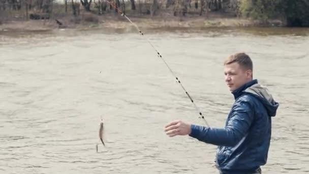 Halász gyönyörködtető hal. Horgász véve fogott hal a horgot a horgászbot