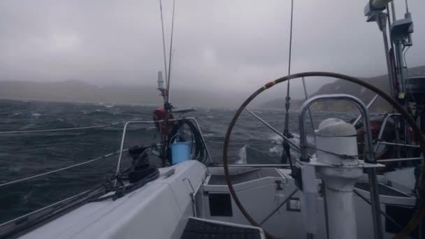 Pohled z desky jachtě plující na vlnách rozbouřeného moře. Plují lodi houpání na vlnách