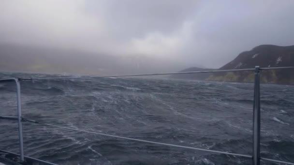 Vitorlás hajó a viharos hullámok tengerre tábláról lengő