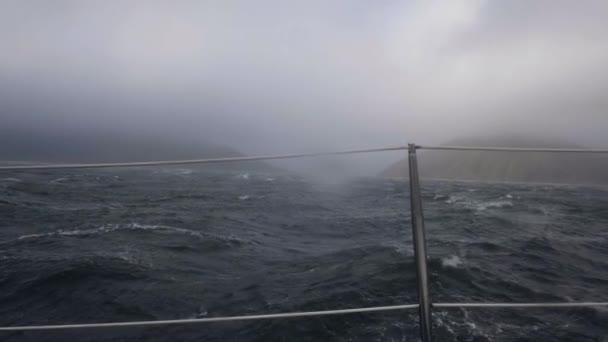 Plavba lodi houpání na bouřlivé vlny moře od desky. Výletní loď v bouři