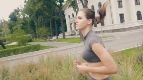 Krásná žena otáčkách běhat ráno při kardio tréninku venkovní