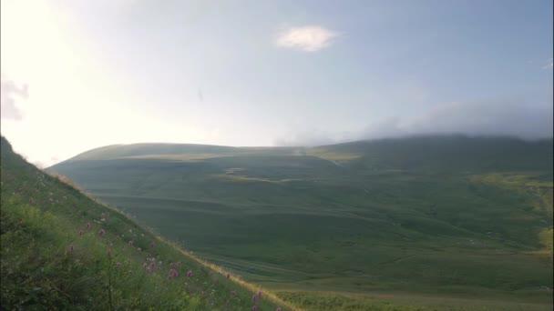 Zelené hory a údolí krajina timelapse. Highlands a zamračená obloha