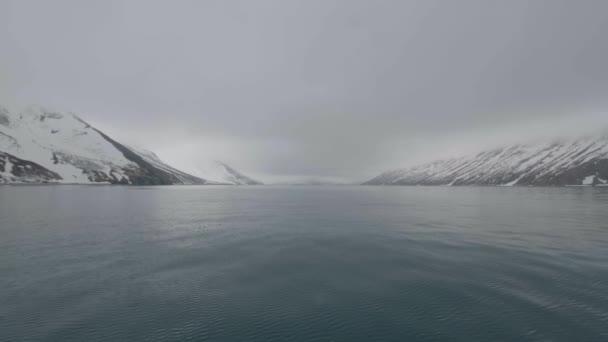 Krajina, zasněžené hory a hladké hladině Tichého oceánu