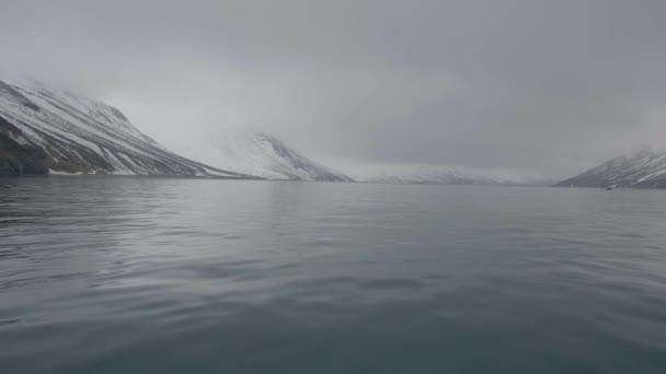 Sníh krásný pohled na horské štíty a útesy na pobřeží moře