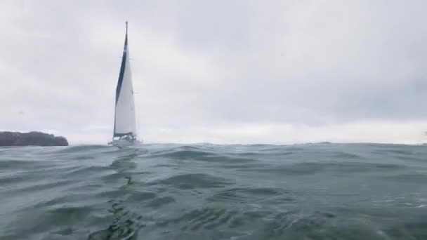 Víz alatti kilátás tenger yacht, vitorlázás, víz. Vitorlás hajó vízvonal kilátással az óceánra