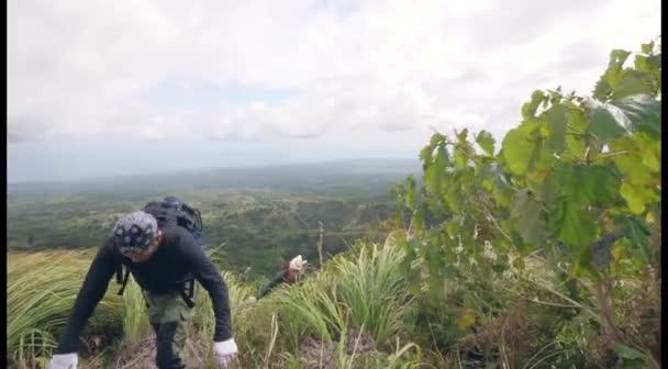 Dva unavení turisté dorazili na vrchol hory