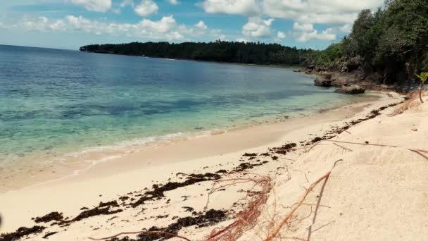 Békés nyári kilátás a fehér homokos strand egy trópusi szigeten a Fülöp-szigeteken