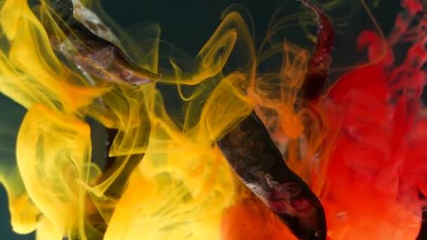 in klarem Wasser werden gelbe und rote Tinten gemischt, trockene Stiele von Pflanzen einhüllen, Farbstoffe umhüllen trockenes Pflanzenwasser, Angst, eine andere Galaxie, schwarze Keulen, Sonnenuntergang Cevilization, phantasievolle Pflanzen wie Wurm, im Hintergrund leuchtet, lila Stimmung