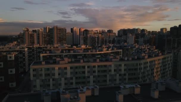 Letecký průzkum hustě zastavěná plocha nového města. Microdistrict sluncem zalité natáčení ze vzduchu. Řady domů různých výšek videozáznamu. Shora dolů zobrazit moderní čtvrti na okraji města.