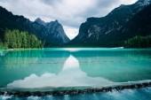 Dobbiaco jezero v Alpách Dolomity, Itálie