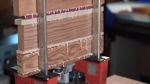 Slepení dřeva v dílně. Použití lepidla pro různé druhy dřeva. Vyrábím pracovní desky do kuchyně. Pracovat jako řemeslník. Vytvoření návrhu řezací desky
