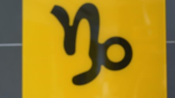 Sternzeichen Steinbock signalisiert Nahaufnahme / Nahaufnahme einer gelben Platte mit Steinbock / Die Ziege-Fisch-Kreuzung astrologisches Zeichen des Tierkreises