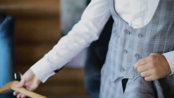 Muž v bílé košili šaty módní bunda. Pánské oblečení