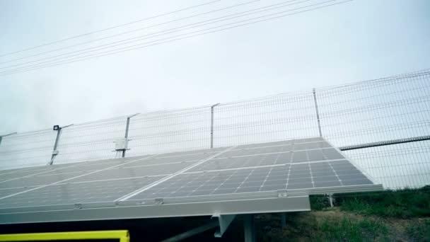 Solární panely. Elektrárna. Modrá solární panely. Alternativní zdroj elektrické energie. Sluneční farma. Zdroj ekologické obnovitelné energie