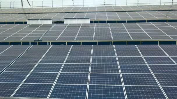 Solární elektrárna. Letecký pohled na solární panely. Sluneční farma. Zdroj ekologické obnovitelné energie