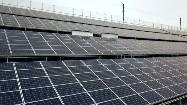 Sonnenkollektoren. Kraftwerk. blaue Sonnenkollektoren. alternative Stromquelle. Solarpark. Quelle ökologischer erneuerbarer Energien.