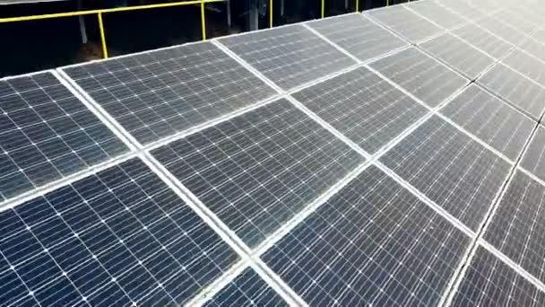 Luftaufnahme von Sonnenkollektoren. Photovoltaik Stromversorgungssysteme. PV-Anlage. Ökologische erneuerbare Energiequelle