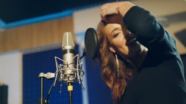 Nő énekel a stúdióban. Női ének. Professzionális Hangstúdió.