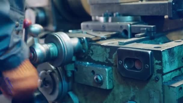 Mladí mechanik práce na soustruhu. Obrábění kovů.