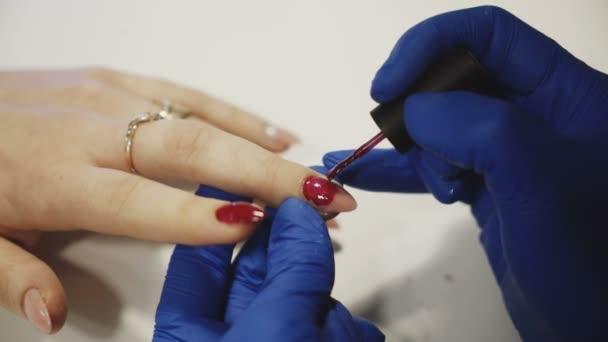 Relaxační den v salonu krásy. Manikérka mistr dělá manikúru na ženské ruce. Péče o ruce v lázních
