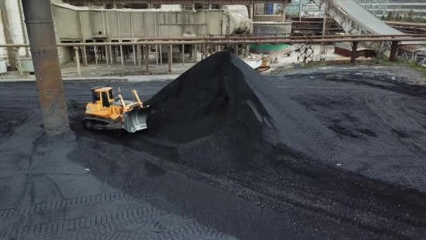 Pásový buldozer nakládání uhlí. Uhelný průmysl. Černé zlato