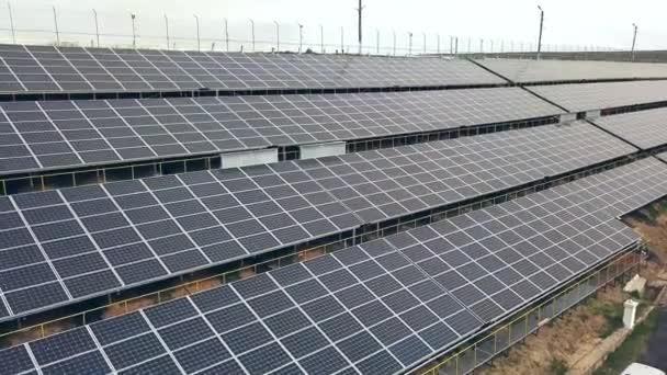 Letecký pohled na solární panely. Fotovoltaické systémy. Solární elektrárna. Zdroj ekologické obnovitelné energie.