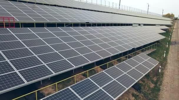 Solární panely. Elektrárna. Modrá solární panely. Sluneční farma. Zdroj ekologické obnovitelné energie.
