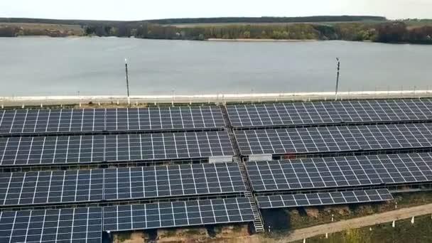 Solární panely poblíž řeky. Elektrárna. Modrá solární panely. Alternativní zdroj elektrické energie. Sluneční farma