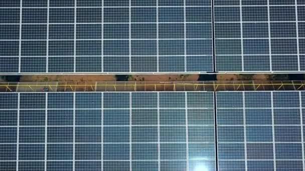 Solární panely v letecký pohled. Sluneční farma. Zdroj ekologické obnovitelné energie
