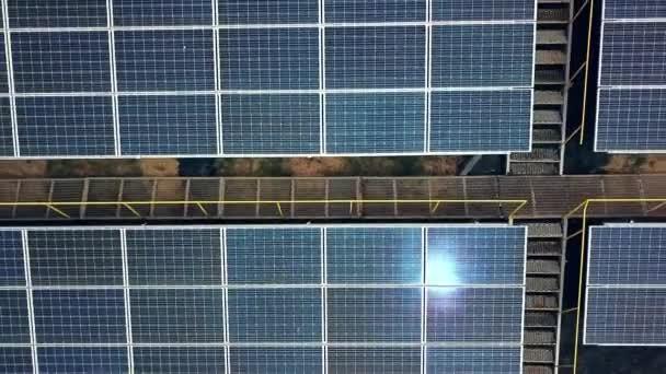 Letecký pohled na solární panely. Solární elektrárna. Zdroj ekologické obnovitelné energie