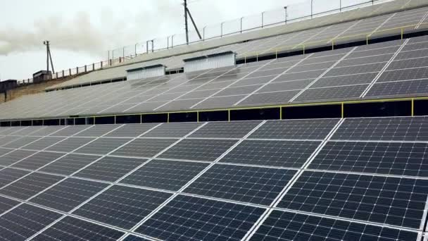Solární panely. Elektrárna. Modrá solární panely. Sluneční farma. Zdroj ekologické obnovitelné energie
