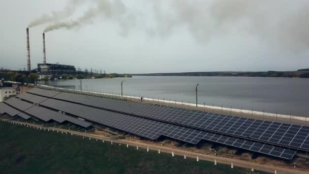 Farma sluneční energie. Solární panely poblíž řeky. Alternativní zdroj elektrické energie