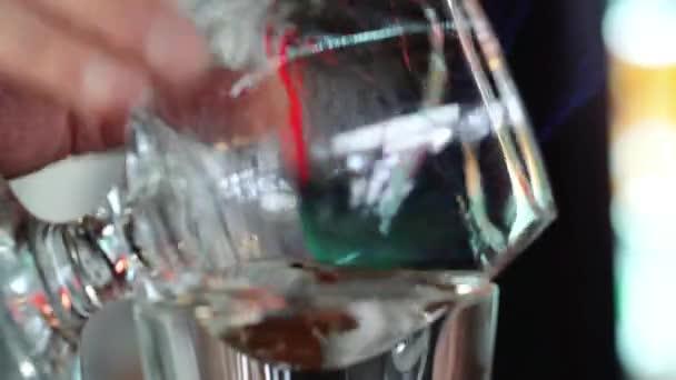 Barkeeper bereitet Sambuca an der Bar. Mischen von alkoholischen Getränken.