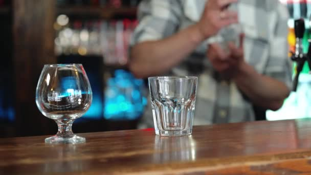 Barkeeper oder Bartender Vorbereitung alkohol cocktail im restaurant