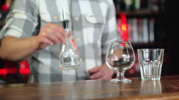 Barkeeper bereitet Sambuca an der Bar. Konzept der Dienstleistungen und Getränke.