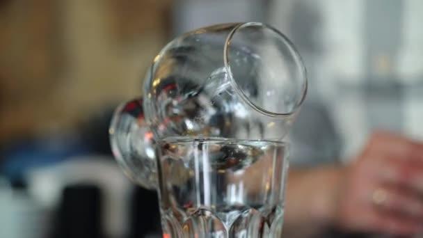 Barkeeper verbrennt Sambuca an der Bar. Cocktailzubereitung.